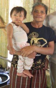 Maria B. Roni, mama tujuh anak mulai mengambil air di Pabocu Cuwa sebanyak tiga kali sehari sepanjang sisa usia mereka, bahkan hanya empat minggu melahirkan.