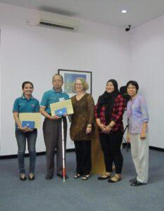 Penulis dan salah satu peserta difabel perempuan saat menerima penghargaan sebagai peserta terbaik program ELTA.